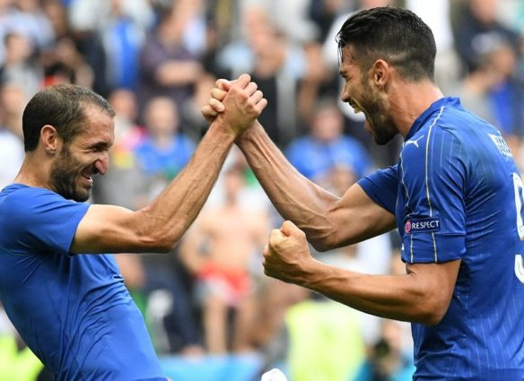 (LtoR) Italy's defender Giorgio Chiellini and Italy's forward Pelle celebrate after the Euro 2016 round of 16 football match between Italy and Spain at the Stade de France stadium in Saint-Denis, near Paris, on June 27, 2016.  .Italy won the match 2:0. / AFP / VINCENZO PINTO        (Photo credit should read VINCENZO PINTO/AFP/Getty Images)