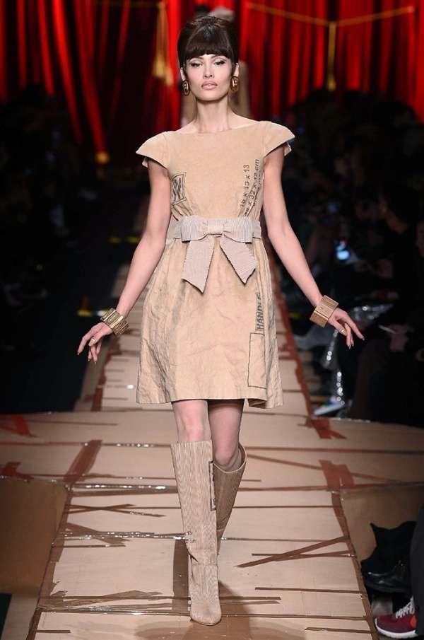 buy online 6fe3d dd8ea vestito-effetto-cartone-moschino - Bella Magazine
